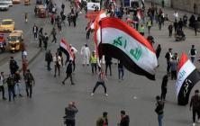 """محتجون عراقيون يرشقون موكب """"الكاظمي"""" بالحجارة (فيديو)"""