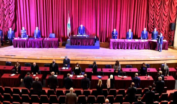 """انقطاع الكهرباء في جلسة منح الثقة للحكومة اللبنانية ونائب عن """"حــزب الله"""" يتدخل (فيديو)"""