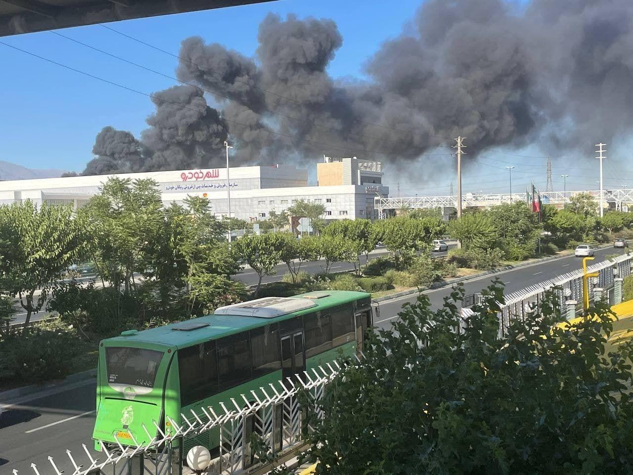 """الحريق الذي اندلع في شركة """"بهنوش"""" للمواد الغذائية غربي العاصمة طهران يوم الاثنين"""