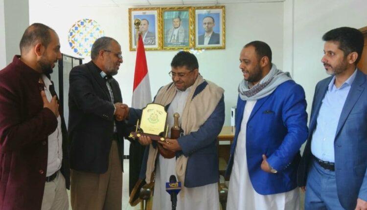 معاذ أبو شمالة يقدم درع حركة حماس لميليشيا الحوثي