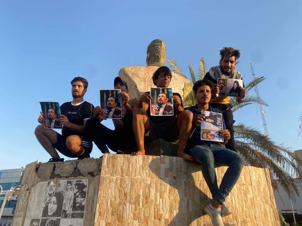 عراقيون يعلنون تضامنهم مع والدة الناشط إيهاب الوزني الذي اغتيل الشهر الماضي