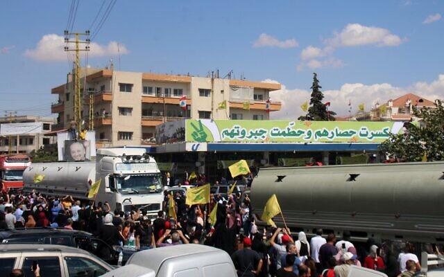 وصلت عشرات الشاحنات المحملة بالديزل الإيراني إلى لبنان، يوم الخميس، وهي الأولى في سلسلة شحنات نظمها حزب الله المدعوم من إيران