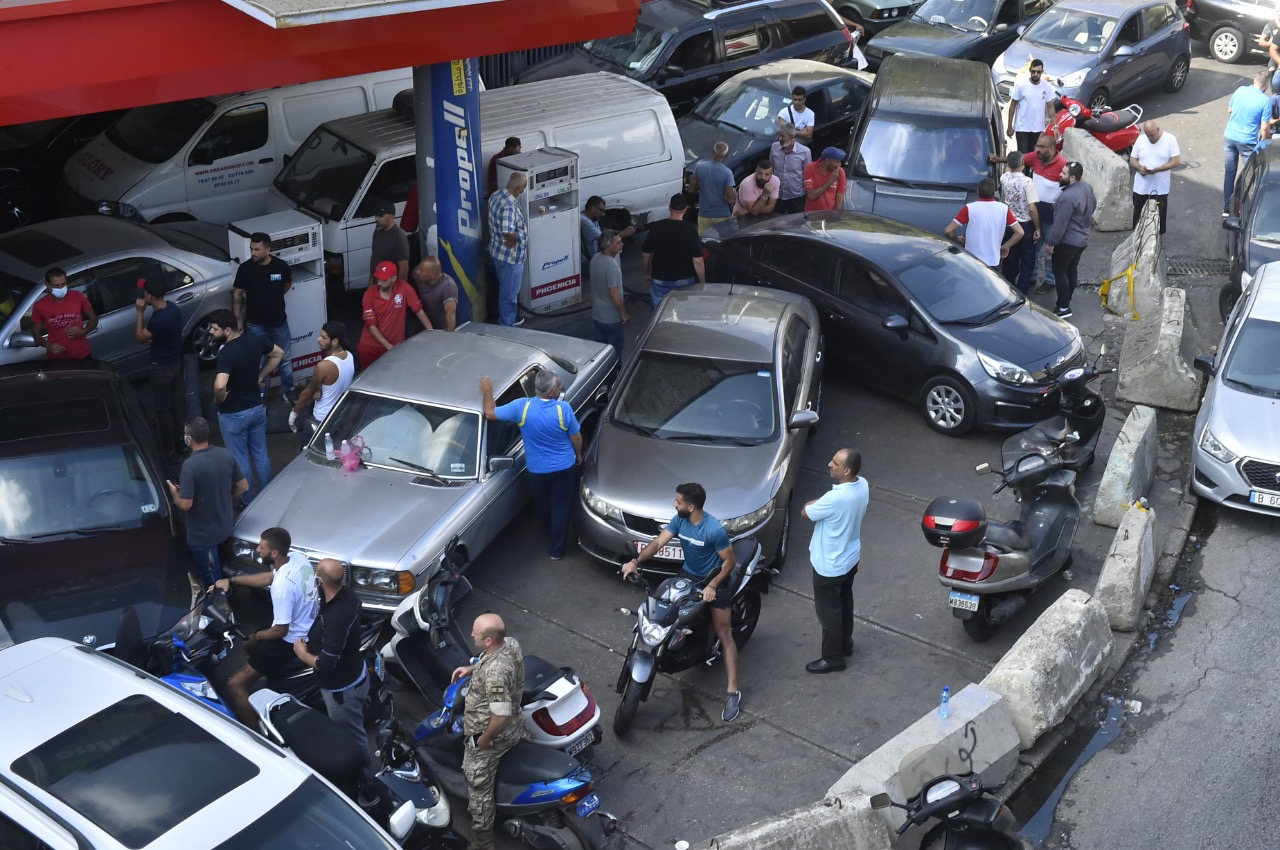 يشهد لبنان أزمة محروقات شلت مختلف القطاعات الحيوية والأساسية فيه